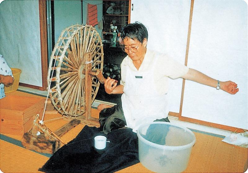 苧麻糸手績み03