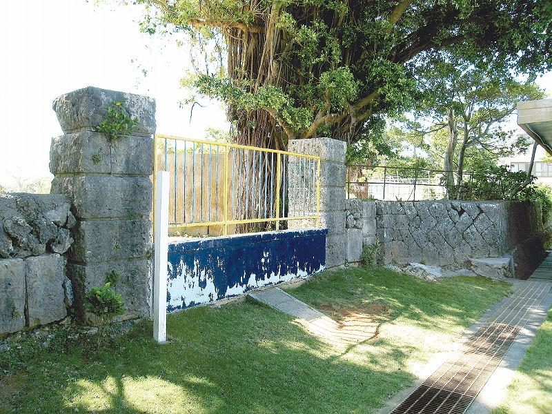 平良第一小学校の正門と石垣