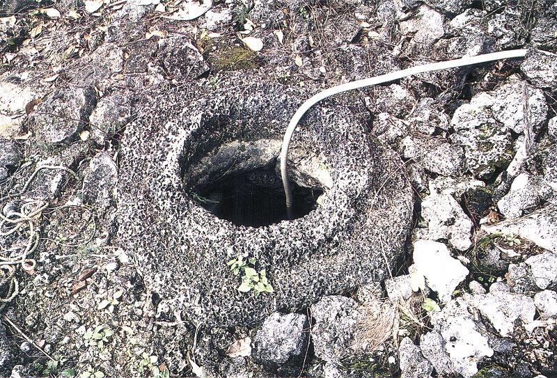 松村家の井戸の縁石